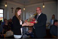 Bürgermeister Klaus Meyer überreichte Anna Birker stellvertretend für alle anwesenden Studierenden der OTH Amberg-Weiden einen Brotzeit-Korb und bedankte sich für die hervorragende Arbeit. (Foto: Der Neue Tag/enz)