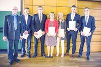 Prof. Dr. Ralf Krämer mit den ersten Absolventinnen und Absolventen des berufsbegleitenden Studiengangs Handels- und Dienstleistungsmanagement